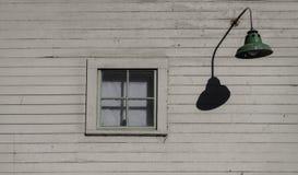 Vieilles fenêtres une avec la lanterne Photos stock