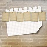 Vieilles feuilles de vintage pour des annonces sur le mur de briques Images libres de droits