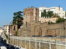 Vieilles frontières de Romains avec une tour antique l'Italie Photo stock