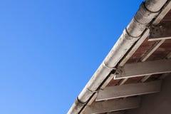 Vieilles gouttières d'épluchage et bottes sales de toit Photos stock