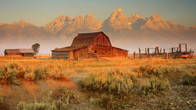 Vieilles grange et montagnes Photos libres de droits