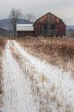 Vieilles grange et neige rustiques Photo stock