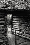 Vieilles grange et porte en bois au coucher du soleil Image stock