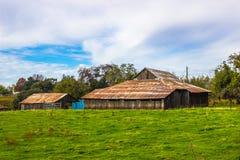 Vieilles granges de toit de bidon sur le ranch local Photo libre de droits