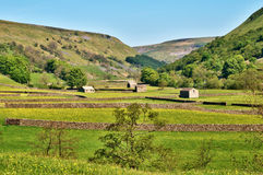 Vieilles granges et murs de pierres sèches photographie stock