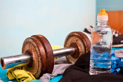 Vieilles haltères, bouteille d'eau et espadrilles Photo stock