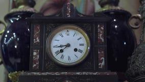 Vieilles horloge et cruche de magasin d'antiquités banque de vidéos
