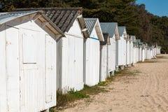 Vieilles huttes blanches de plage Photographie stock libre de droits
