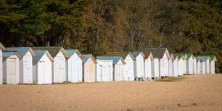 Vieilles huttes blanches de plage Photo stock