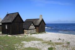 Vieilles huttes de pêche sur l'île du Gotland Photographie stock libre de droits