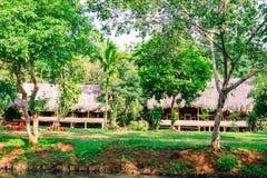 Vieilles huttes et piles de paille et de bois où ils ont demeuré des pêcheurs Images libres de droits
