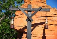 Vieilles lampes de kérosène sur les réverbères en bois de poteau photos stock