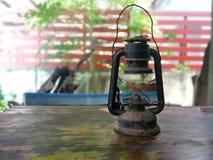 Vieilles lampes sur la vieille table en bois photo stock