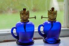 Vieilles lanternes d'huile dans le châssis de fenêtre Photo stock