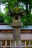 Vieilles lanternes en pierre de tombeau de shintoism à Tokyo Japon photo libre de droits