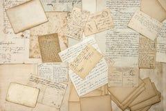 Vieilles lettres, écritures, cartes postales de vintage Textu de papier sale Image stock
