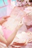 Vieilles lettres chez les mains de la femme. Photos stock