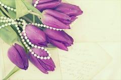 Vieilles lettres d'amour et tulipes pourpres Photographie stock libre de droits
