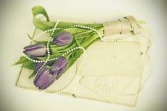 Vieilles lettres d'amour et tulipes pourpres Photos stock
