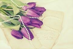 Vieilles lettres d'amour et tulipes pourpres Photo libre de droits