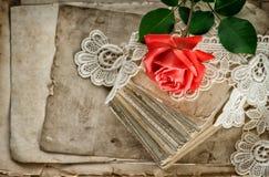 Vieilles lettres d'amour, fleur de rose de rouge, dentelle de vintage Photo stock