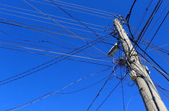 Vieilles lignes à haute tension en bois électriques avec le ciel bleu le 11 février 2015 Image libre de droits