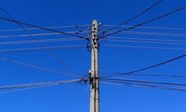 Vieilles lignes à haute tension en bois électriques avec le ciel bleu le 11 février 2015 Image stock