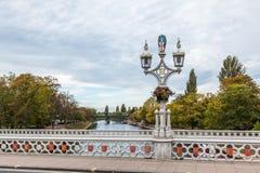 Vieilles lumières de lampe sur le pont au-dessus de la rivière Ouse à York Image stock