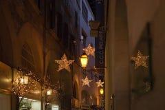 Vieilles lumières de Noël de nuit de détail de ville Photographie stock
