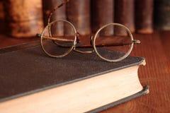 Vieilles lunettes sur l'étagère Photo libre de droits