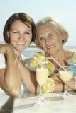 Vieilles mère et fille avec des raisins Photos stock