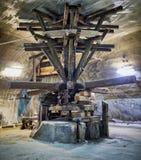 Vieilles machines d'extraction dans une mine de sel Image libre de droits
