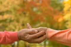 Vieilles mains de fixation de couples Photographie stock libre de droits