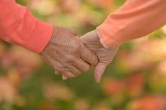 Vieilles mains de fixation de couples Images stock