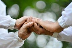 Vieilles mains de fixation de couples Photos stock