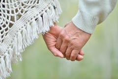 Vieilles mains de fixation de couples Photos libres de droits