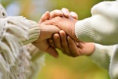 Vieilles mains de fixation de couples Image libre de droits