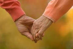 Vieilles mains de fixation de couples Images libres de droits