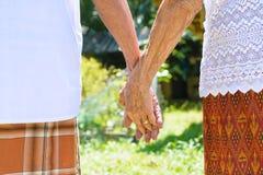 Vieilles mains de fixation de couples Photo libre de droits
