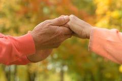 Vieilles mains de fixation de couples Photographie stock