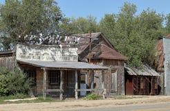 Vieilles maison et salle abandonnées dans scénique photographie stock