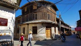 Vieilles maisons au centre historique de Xizhou, Yunnan, Chine images stock