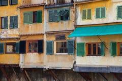Vieilles maisons au-dessus du fleuve Arno, Florence Photos stock