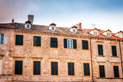 Vieilles maisons avec de vieilles fenêtres dans la vieille ville de Dubrovnik Images stock