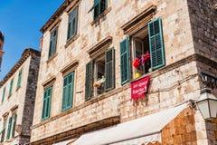 Vieilles maisons avec de vieilles fenêtres dans la vieille ville de Dubrovnik Photo libre de droits