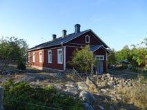 Vieilles maisons d'un awesom dans l'archipel par le golfe de Finlande photos stock