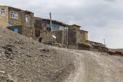 Vieilles maisons dans le village de Khinalig photos stock