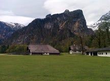 Vieilles maisons de village avec montagnes rocheuses sur le dos Images libres de droits