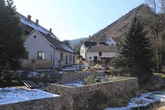 Vieilles maisons de village sous la roche raide photos libres de droits