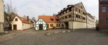 Vieilles maisons de vue panoramique dans la rue pavée de la vieille ville de Klaipeda, Lithuanie images stock